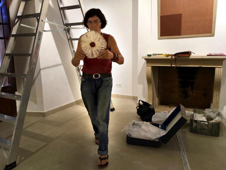 Eva Maria Rapp baut die Objekte ihrer Serie »Encuentro« auf.