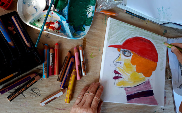 """Malkursbild """"Frau mit roter Kappe"""" mit Kreiden und Wasserfarben gemalt."""
