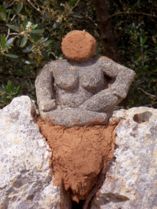Stein-Göttin auf der Mauer, eine Skulptur von Eva Maria Rapp
