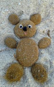 Strandbärchen aus Seegrasballen im Sand