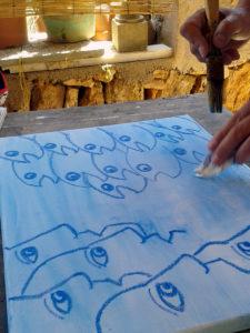 """Das Malkursbild """"Menschen-Fische"""" entsteht."""