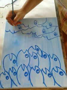"""Malschülerin malt das Bild """"Fische-Menschen"""""""