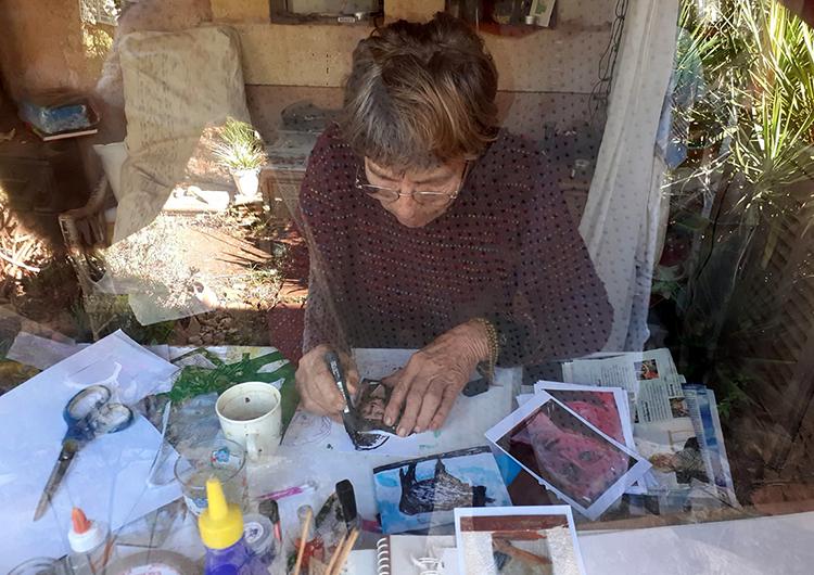 Eva Maria Rapp macht die allmonatlichen ARTEPostal-Karten für ihre AbonentInnen.