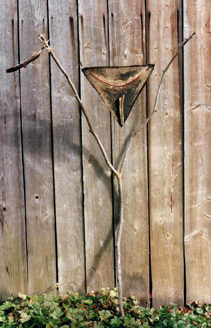 "Astgabel-Objekt ""Dreieck"", Naturmaterialien, roter Lack"