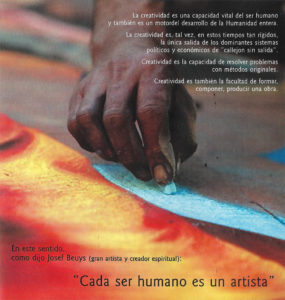 Foto, Kreide zeichnende Hand, zu einem Artikel von Eva Rapp über Kunsttherapie