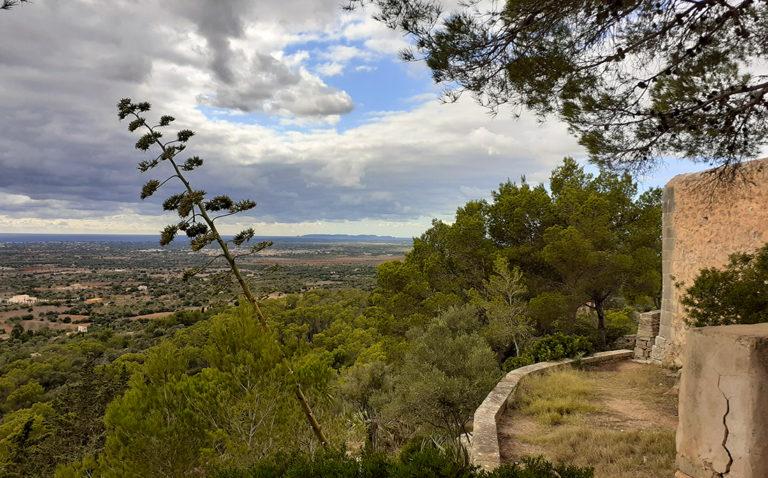 Der Blick vom mallorquinischen Kloster Consolación auf Land und Meer