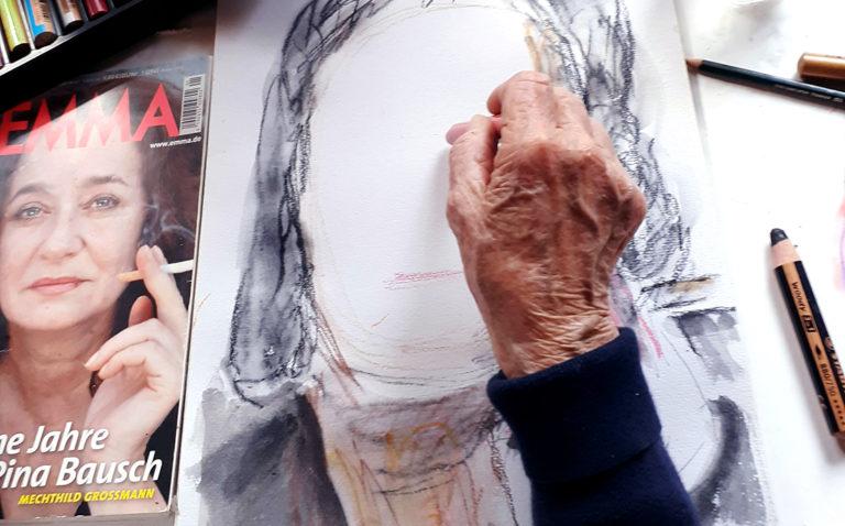 """Malschülerin zeichnet nach Vorlage eines Titelfotos der Zeitschrift """"Emma""""."""