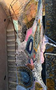 Hoftreppe in Santanyí, überspannt mit einem bunt gehäkelten Netz
