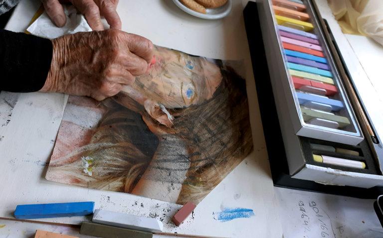 Malschülerin experimentiert mit Pastellkreiden.