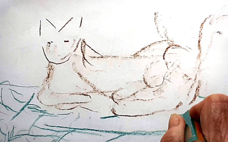 Malschülerin skizziert ein Kätzchen.