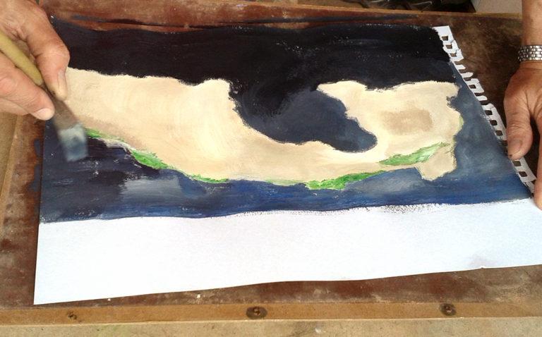 Kursteilnehmerin malt eine Landschaft mit Naturpigmenten und Wasserfarben.