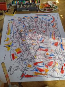 Malschülerin experimentiert mit Kreide und Acryl.