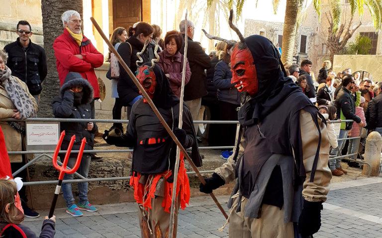 """Die """"Demonis"""" auf der Plaça von Santanyí zum Fest des Hl. Antonius"""