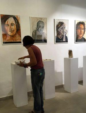 Eva Maria Rapp baut die Objekte zu den Bildern der Serie »Encuentro« auf.