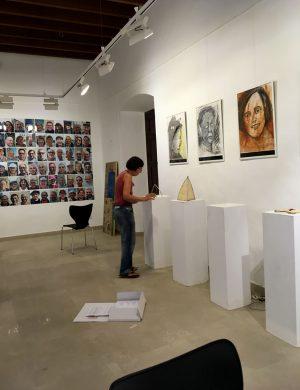 Eva Maria Rapp beim Aufbau Ihrer Bilder und Objekte zur Serie »Encuentro«