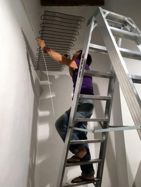 Eva Maria Rapp installiert die Aufhängung für ARTEPostal.